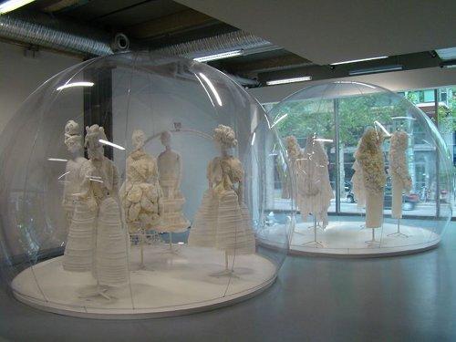 Comme des Garçons - White Drama, vue de l'exposition